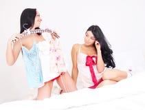 Muchachas que eligen la ropa Fotos de archivo