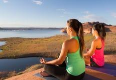 Muchachas que encuentran paz en el lago Powell Foto de archivo libre de regalías