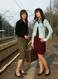 Muchachas que esperan el tren Foto de archivo libre de regalías