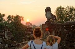 Muchachas que fotografían en el templo de Bakong, Camboya fotos de archivo