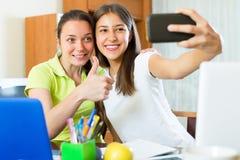Muchachas que hacen el selfie con smartphone en casa Fotos de archivo libres de regalías