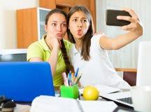 Muchachas que hacen el selfie con smartphone en casa Imágenes de archivo libres de regalías