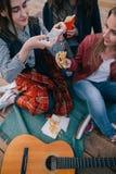Muchachas que hacen la foto de los alimentos de preparación rápida por smartphone Fotografía de archivo