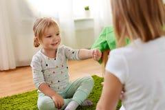 Muchachas que juegan al juego del piedra papel o tijera en casa fotos de archivo libres de regalías