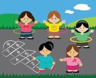 Muchachas que juegan aros del hopscotch y del hula Foto de archivo libre de regalías