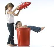 Muchachas que juegan con el compartimiento rojo fotografía de archivo libre de regalías