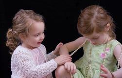 Muchachas que juegan con joyería Foto de archivo libre de regalías