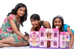Muchachas que juegan con la casa de mu?ecas Fotografía de archivo