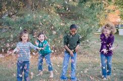 Muchachas que juegan en hojas fotografía de archivo libre de regalías