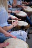 Muchachas que juegan en los tambores étnicos Fotos de archivo
