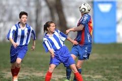 Muchachas que juegan a fútbol Fotos de archivo libres de regalías