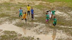 Muchachas que juegan a fútbol en Dhampus, Nepal Imagen de archivo libre de regalías