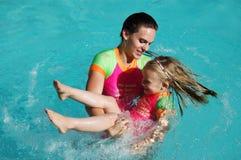 Muchachas que juegan a juegos de la piscina Foto de archivo libre de regalías