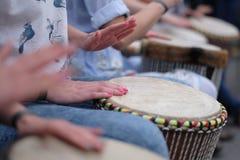 Muchachas que juegan los tambores étnicos Imagen de archivo libre de regalías