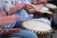 Muchachas que juegan los tambores étnicos Imagen de archivo