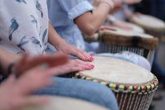Muchachas que juegan los tambores étnicos Fotografía de archivo libre de regalías