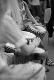 Muchachas que juegan los tambores étnicos Foto de archivo