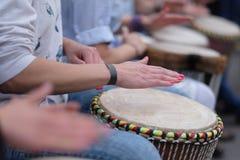 Muchachas que juegan los tambores étnicos Fotografía de archivo