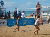 Muchachas que juegan voleo de la playa fotos de archivo