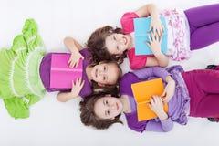 Muchachas que leen tarde Imagen de archivo libre de regalías
