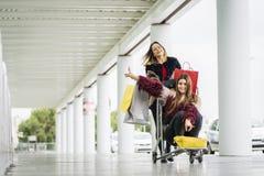 Muchachas que llegan el aeropuerto fotos de archivo libres de regalías