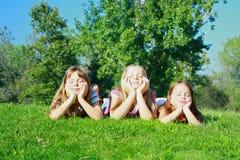 Muchachas que mienten en hierba Foto de archivo libre de regalías