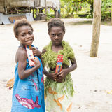 Muchachas que muestran los presentes - isla Océano Pacífico Fotos de archivo