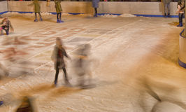 Muchachas que patinan en la pista de hielo Fotografía de archivo