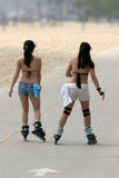 Muchachas que patinan en la playa Imágenes de archivo libres de regalías