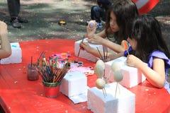 Muchachas que pintan los huevos de Pascua Imagen de archivo libre de regalías
