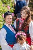 Muchachas que presentan durante el festival de la cosecha de Rose en Bulgaria Imágenes de archivo libres de regalías