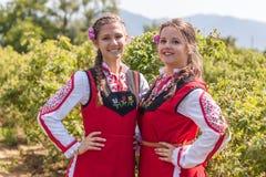 Muchachas que presentan durante el festival de la cosecha de Rose en Bulgaria Fotos de archivo