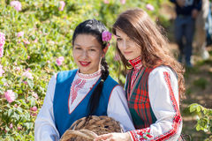 Muchachas que presentan durante el festival de la cosecha de Rose en Bulgaria Fotografía de archivo