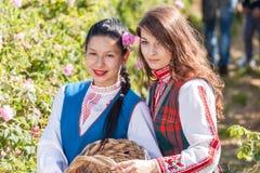 Muchachas que presentan durante el festival de la cosecha de Rose en Bulgaria Imagen de archivo libre de regalías