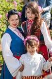 Muchachas que presentan durante el festival de la cosecha de Rose en Bulgaria Foto de archivo libre de regalías