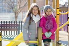 Muchachas que presentan en el patio en día de primavera Fotografía de archivo libre de regalías
