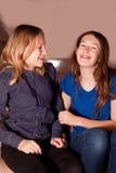 Muchachas que ríen junto Foto de archivo
