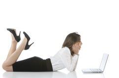 Muchachas que ríen y que trabajan en una computadora portátil Fotos de archivo