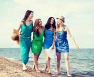 Muchachas que recorren en la playa Fotografía de archivo libre de regalías