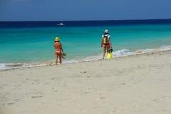 Muchachas que recorren en la playa Imagenes de archivo