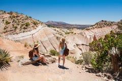 Muchachas que relajan y que disfrutan de hermosa vista en caminar viaje en las montañas Foto de archivo
