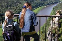 Muchachas que se colocan en el puente Fotos de archivo