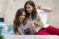 2 muchachas que se divierten en una terraza imagen de archivo libre de regalías