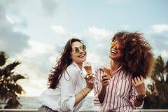 Muchachas que tienen helado al aire libre foto de archivo libre de regalías