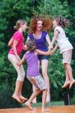 Muchachas que tienen salto de la diversión Fotos de archivo