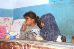 Muchachas que tienen su comida en la escuela en una acampada en Egipto Imágenes de archivo libres de regalías