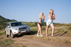 Muchachas que tiran del coche Imagen de archivo