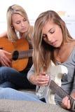 Muchachas que tocan la guitarra Fotos de archivo libres de regalías