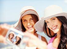 Muchachas que toman el autorretrato en la playa Imagen de archivo libre de regalías