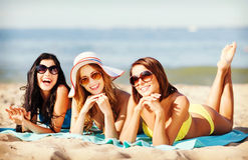 Muchachas que toman el sol en la playa Fotografía de archivo libre de regalías